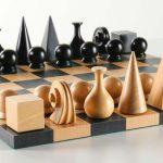 Este genial juego de ajedrez presenta piezas que son un diseño único del artista Man Ray.